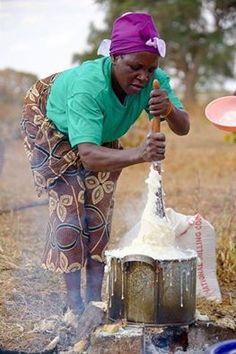 """XIMA/CHIMA. Há quem escreva Xima e quem considere mais correcto escrever Chima, como é o meu caso. """"Mamana"""" preparando a chima, feita com farinha de milho. Foto in Google- 2013. Na região da Beira é mais conhecida por Ufa. Na antiga Rodezia e regiões fronteiriças de Moç. é : Sadza Em Angola por : Fuba. Chima ( ou Xima) é um prato tipico moçambicano. A Chima genuina e tradicional é feita com farinha de milho."""