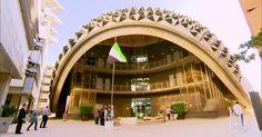 Abu Dhabi constrói cidade do futuro, com tudo movido a energia solar Preocupação com o planeta levou Abu Dhabi a tirar do papel a cidade sustentável de Masdar. Traçado urbanístico ousado deixa os carros de fora.