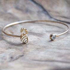 Hoe schattig is deze armband? Leuk voor bij je zomerse (festival) outfit en makkelijk te combineren met andere sieraden. €5.95
