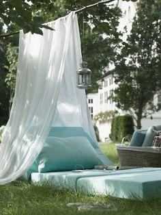 Enkelt med lyxig känsla: en gren, ett lakan och en mjuk madrass att ligga på. Tänd lyktan och njut av de varma sommarkvällarna.