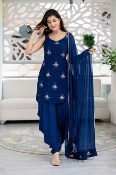 Casual Indian Fashion, Indian Fashion Dresses, Dress Indian Style, Fashion Outfits, Women's Fashion, Long Dress Design, Stylish Dress Designs, Stylish Dresses, Simple Kurti Designs
