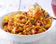 Spaghetti met prei, gehakt wortel en pot saus