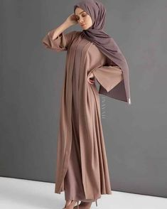 A staple statement kimono in a classic warm mocha, encapsulating an effortless vibrant aesthetic. Warm Dresses, Stylish Dresses, Casual Dresses, Abaya Fashion, Modest Fashion, Fashion Outfits, Modest Outfits, Dress Outfits, Hijab Dress