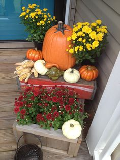 How cute is this for your Fall front door decor - love the crates!