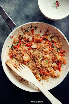 Fried rice noodles with shrimp. Pycha