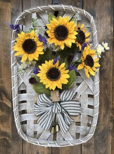 Brighten any room of your house with this cheerful sunflower tobacco basket. It will instantly create a focal point or add farmhouse feel to any place. Sunflower Home Decor, Sunflower Crafts, Tobacco Basket Decor, Rustic Farmhouse Decor, Country Decor, Rustic Decor, Farmhouse Style, Forever Flowers, Front Door Decor