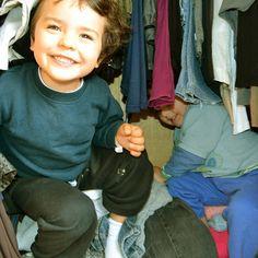 SEXTA-FEIRA! Brincando de E.T. no guarda-roupa da mamãe.