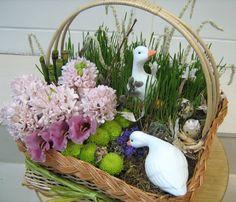 Пасхальная корзина цветов с доставкой гиацинт эустома эквизетум танацетум хризантема корилус пшеница