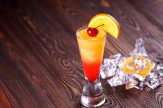 Refrescante bebida de tequila con jugo de naranja y un toque de granadina.