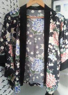 Krótkie lekkie kimono w piękne kwiaty