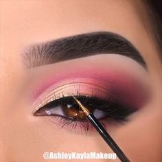 Eye makeup is an art. Whatever the color of your eyes, it is important to find makeup colors suited to your eyes, your complexion, your hair and your cloth Gothic Makeup, Fantasy Makeup, Fairy Makeup, Mermaid Makeup, Makeup Face Charts, Carnival Makeup, Makeup Magazine, Character Makeup, Theatrical Makeup