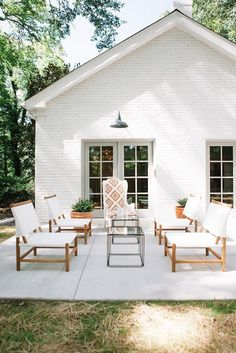 An open & airy outdoor patio, white brick house with back patio, outdoor seating area, outdoor furniture, modern outdoor patio design Modern Farmhouse Exterior, Farmhouse Design, Outdoor Living Areas, Outdoor Spaces, Outdoor Seating, Outdoor Patios, Interior Exterior, Exterior Design, Diy Exterior