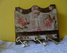 Porta Correspondência/Chaves Biscuit, Scrap, Color, Home Decor, Boiler, Decorated Notebooks, Wood Paintings, Decoupage, Wooden Crafts