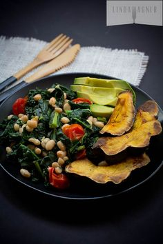 Garlicky Kale with White Beans & Tomatoes - A comforting winter weight loss meal