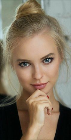 Head shot pretty blonde girl, deep blue eyes hand on shin with pink lips Beauté Blonde, Blonde Beauty, Hair Beauty, Most Beautiful Faces, Gorgeous Eyes, Beautiful People, Girl Face, Woman Face, Pretty Face