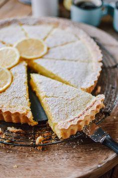 Zitronen-Buttermilch-Shortbread-Tarte: Frühlingsgefühle Cake Factory, Shortbread, Treat Yourself, Quiche, Camembert Cheese, Sweet Treats, Brunch, Pie, Cupcakes