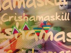 HAMA BEADS.  Pendientes triangulos medianos en colores alegres