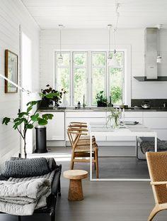 Si la cocina es un sueño nórdico, blanco y de líneas rectas, el exterior lo es igualmente con la terraza de madera elevada sobre el campo sueco. Esta es la casa de una estilista de interiores nórdi…
