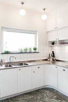 Glass door with funkish handle - Inspiration: Byggfabriken - modern building maintenance - Kitchen Decor Kitchen Interior, Kitchen Cabinets, Kitchen Remodel, Kitchen Design Pictures, Kitchen Diner, Home Kitchens, Kitchen Styling, Retro Kitchen, Kitchen Design