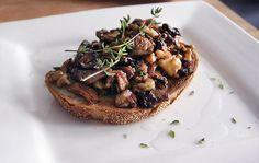 Mushroom Mushroom! Houby opečené s cibulkou, ořechy a tymiánem na křupavém toustu. Jednoduché, efekt | Veganotic