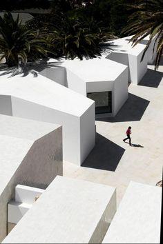 Farol Museu de Santa Marta in Cascais, Portugal / Aires Mateus  Luz y sombra las claves de la percepcion de los volumenes en el espacio 모형처럼 생겼지만 실제로 저런 건물이 있다면 신기해서 들어가 볼것이다.