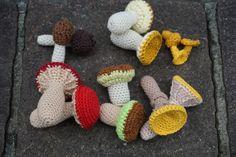 Anleitung für gehäkelte Speisepilze für die Spielküche oder den Kaufmannsladen Crochet Mushroom, Crochet Hooks, Stuffed Mushrooms, Crochet Patterns, Colours, Shapes, Christmas Ornaments, Holiday Decor, How To Make