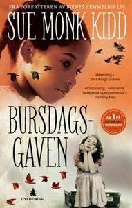 Nr. 1 på New York Times' bestselgerliste. Denne romanen er basert på en sann historie. Bursdagsgaven er en flammende sørstatsroman om plantasjedatter Sarah og slavejenta Hetty og deres kamp for et verdig liv gjennom 35 år.