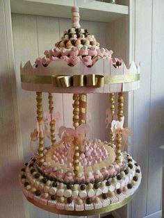Aprende como hacer estos lindos carruseles de dulces y úsalos cómo obsequio o como un centro de mesa. Hacerlos es más fácil de lo que parec...