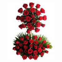 Two Tier Arrangement of Red Roses from a splash of color accented with the twirl of greenery fillers. Gift of flowers would be a wonderful way to celebrate a birthday, anniversary by Ordering Flowers Online In Hyderabad to express your love and affection Online Flower Shop, Send Flowers Online, Cash Gift Card, Cake Branding, Cake Online, Red Roses, Flower Arrangements, Christmas Wreaths, Valentines