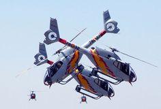 La Patrulla Aspa representando el Dos contra Uno, y tras ellos, otros dos componenetes preparados para la siguiente acrobacia aérea