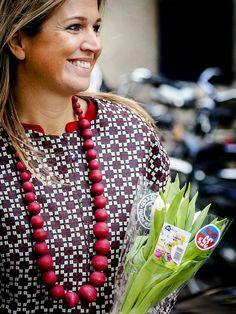 Hollandser kan het niet: Koningin Máxima krijgt een afgeprijsd bosje tulpen aangeboden! 4 feb. 2015