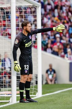 Jan Oblak (Atletico de Madrid) sets his defensive wall for a free kick (photo by Shot for Press/Action Plus via Getty Images) Buffon Goalkeeper, Karbala Photography, Soccer Pictures, Free Kick, Football Wallpaper, Football Players, Leo, Kicks, Spain