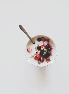jogurt and fruits
