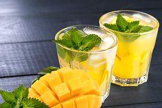 Der Sunny Side ist der perfekte Cocktail für warme Sommertage. Mit Limette, Minze und Mango sind alle Geschmäcker des Sommers vereint. Für jede Grillparty ein Muss! #Cocktails #sunny #juicy #mango #mint #summer