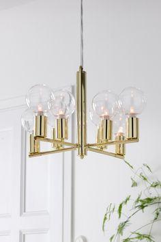 Kattovalaisin metallia. 8 lampulle. ø 48 cm. Korkeus 33 cm. Läpikuultava kierretty johto, jonka pituus 1,4 m. 1,2-metrinen metallivaijeri korkeuden säätöä varten. Kattopistoke. Iso lampunkanta.<br><br>Lamppu ei ole mukana. Eri kokoisilla ja -tyyppisillä lampuilla on suuri vaikutus valaisimen ulkonäköön. Kokeile! <br><br>