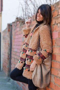https://www.lovelyboho.com/es/tienda/chaquetas-abrigos/abrigo-boho-pompones