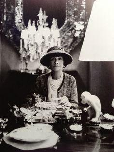 Gabrielle 'Coco' Chanel - 1963 - Dining at her apartment in Paris - Photo by Horst P. Horst. Besuche unseren Shop, wenn es nicht unbedingt Chanel sein muss.... ;-)