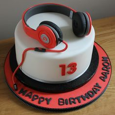 Beats headphones by Fays cakes, via Flickr