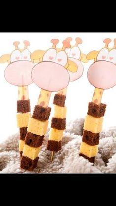 Tolle Rezeptidee für ein Mitgebsel zum Kindergeburtstag in der Kita oder für eine Kinderparty. Schokoladen und Vanille Kuchen Würfel als Giraffen Spiess