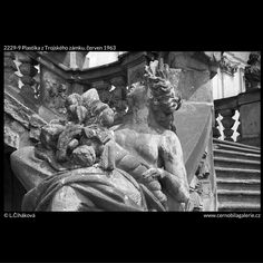 Plastika z Trojského zámku (2229-9) • Praha, červen 1963 • | černobílá fotografie, Trója, zámek, schodiště, socha, plastika, antická božstva |•|black and white photograph, Prague|