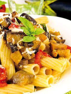 Rigatoni with eggplant and ricotta salata - I Rigatoni alle melanzane e ricotta salata sono un primo dai sapori di Sicilia, ottimo quando si ha voglia di un pieno di freschezza mediterranea! #rigatonimelanzane