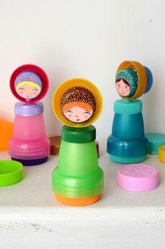 Piccole bambole realizzate con materiale di riciclo