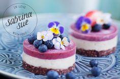 Raw Strawberry Cheesecakes: Ein leckeres Rezept, perfekt für den Sommer und Frühling mit Erdbeeren und essbaren Blüten von Sabrina Sue.