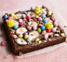 Loaded with chocolate eggs and chicks, this is the ultimate Easter centrepiece - an 'eggstra' special treat for afternoon tea or dessert Bbc Good Food Recipes, Baking Recipes, Sweet Recipes, Dessert Recipes, Desserts Ostern, Easter Treats, Brownie Recipes, Brownie Ideas, Easter Recipes