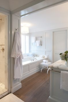 Mix and Chic: Cool designer Marble, placement of towel bar Color tone
