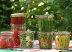 conserver les légumes du potager : plein de méthodes Blanchir ou pas ?Avant la mise en bocaux ou la congélation, la plupart des légumes doivent être blanchis entre 2 et 5 min, non seulement pour inactiver les enzymes naturels, mais aussi pour préserver leur texture et couleur. Placez-les dans un panier ajouré, que vous plongerez ensuite dans de l'eau bouillante salée (1 cuill. à soupe de sel par litre d'eau). Retirez-le et trempez-le immédiatement dans l'eau froide.