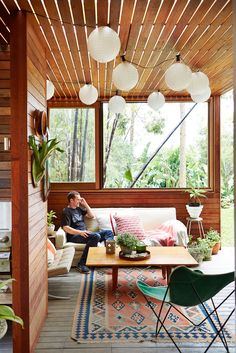A family of five show off their Bondi Beach home, the result of a renovation combining mid-century modernism with beach house charm. Retro Beach House, Beach House Decor, Tropical Home Decor, Cottage Interiors, Australian Homes, Mid Century House, House Design, Bondi Beach, Interior Ideas
