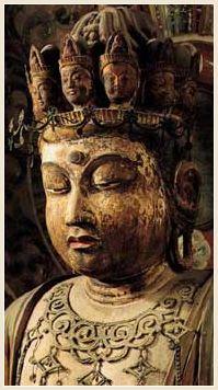 国宝 十一面観音像 平安時代|装飾的で女性的な優しさの漂うこの像の作風は、本尊に近い室生寺様。本尊の本来の脇侍として造られたものと考えられている。 八重蓮華座と呼ばれるこの台座は、後世の補作の部分はあるものの、平安前期の様式を良く伝えて美しい。 | 女人高野 室生寺