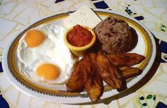 Desayuno ranchero con huevo enteros , tajadas maduras, gallo pinto y queso fresco.