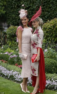 Milliner Ana Pribylova, left was her own best advertisement as she posed for photos with Charlotte Hamilton Ascot Outfits, Derby Outfits, Outfits With Hats, Derby Attire, Kentucky Derby Outfit, Kentucky Derby Fashion, Race Day Outfits, Races Outfit, Race Day Fashion